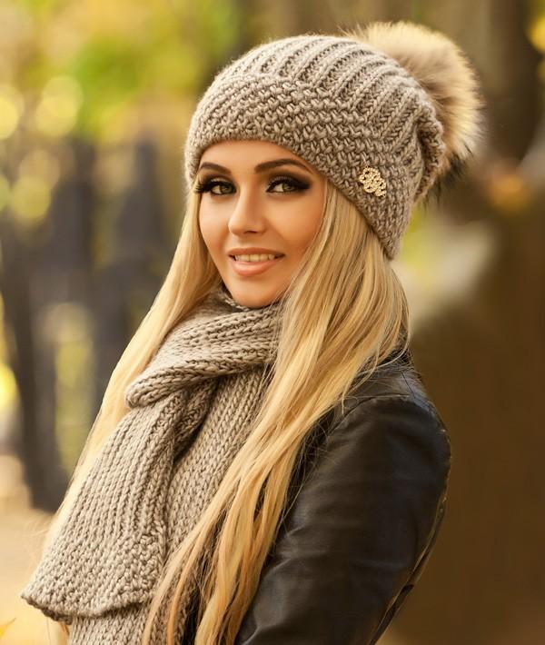 Красивая женская шапка с